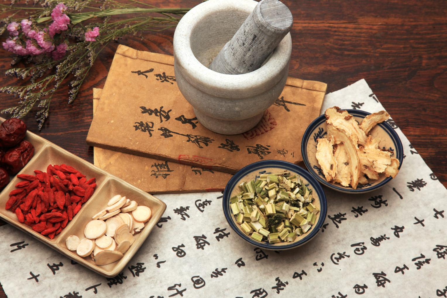 Chinesische Kräuter mit chinesichen Schriften
